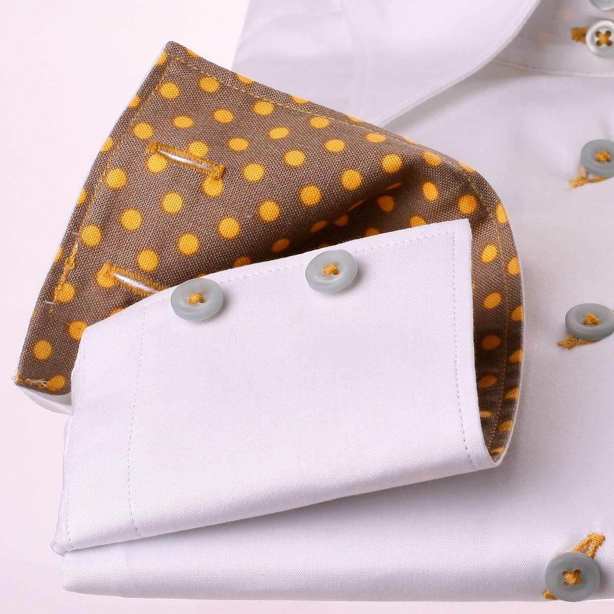 wei e bluse mit gelben punkten auf einem grauen stoff im. Black Bedroom Furniture Sets. Home Design Ideas