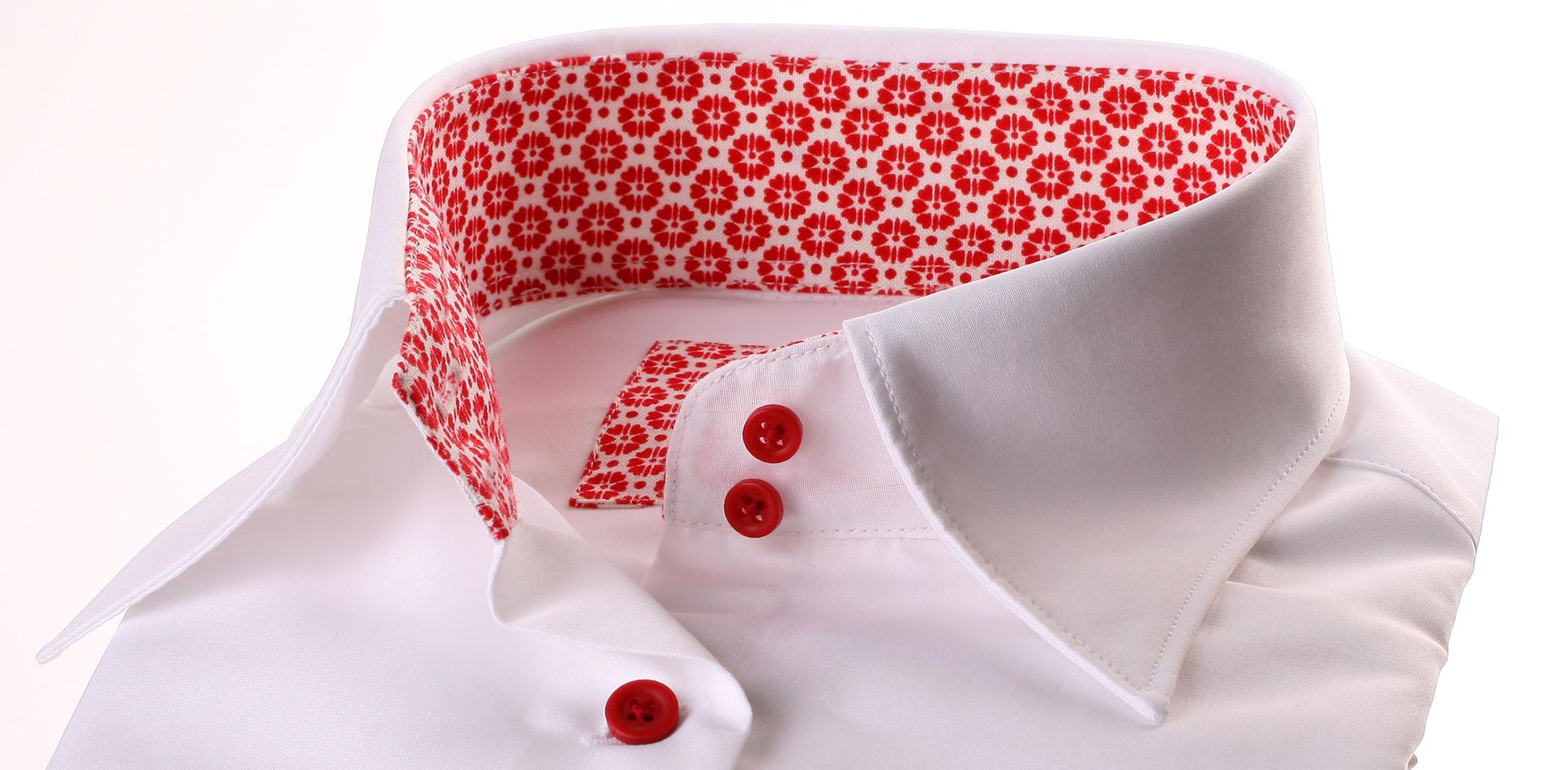 wei e bluse mit roten blumen kragen und manschetten. Black Bedroom Furniture Sets. Home Design Ideas