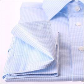 Chemise à petits carreaux bleus et blancs et poignets mousquetaires