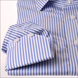 Chemise à rayures blanches et bleues
