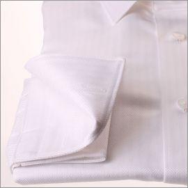 Chemise blanche à poignets mousquetaires, tissu à chevrons