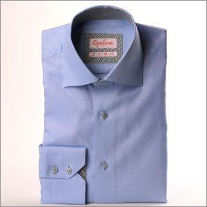 Blaues Hemd mit grauem Diamantkragen und -bündchen