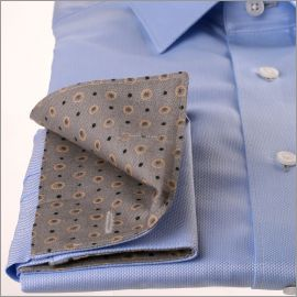 Chemise bleue à col et poignets gris à pois