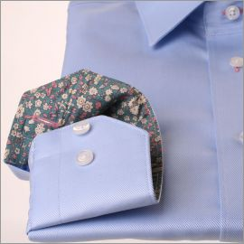 Chemise bleue à col et poignets gris à fleurs