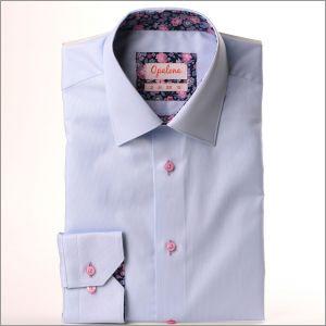 Chemise bleu ciel à col et poignets à fleurs roses et violettes