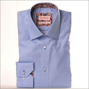 Chemise bleue à col et poignets à motifs fleuris rouges, roses et violets