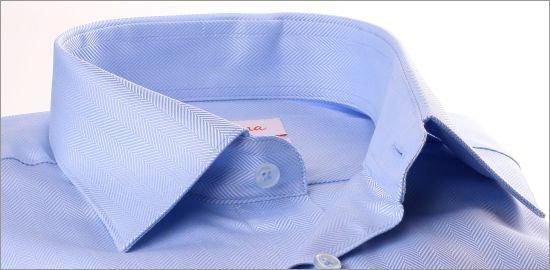 Chemise bleu clair à poignets mousquetaires, tissu à chevrons