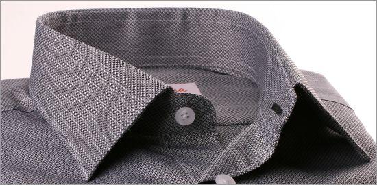 Chemise à petits motifs géométriques noirs et blancs