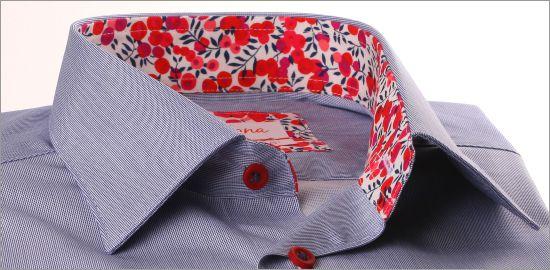 Chemise bleu foncé à col et poignets à motifs fleuris rouges