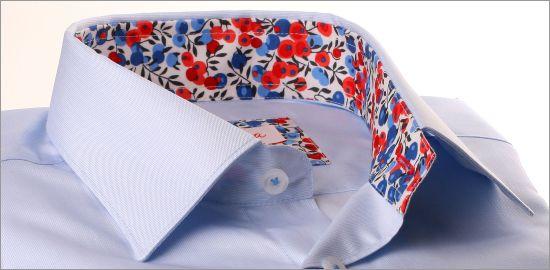 Chemise bleu ciel à col et poignets à motifs fleuris rouges et bleus