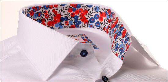Chemise blanche à col et poignets à motifs fleuris rouges et bleus