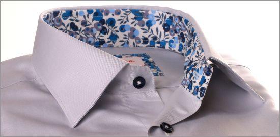 Chemise gris clair avec col et poignets à baies bleues