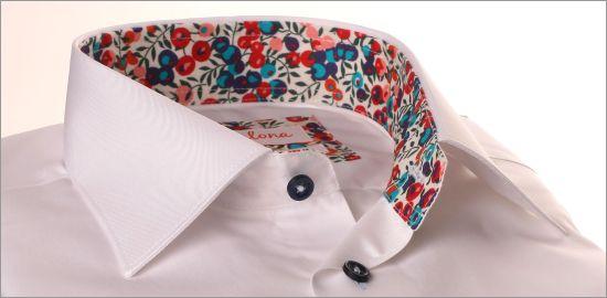 Chemise blanche à col et poignets à motifs fleuris rouges, roses et violets